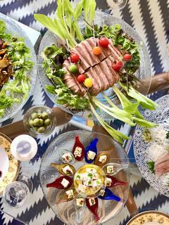 テーブルな皿の上に食べ物の種類をトッピングの写真・画像素材[1025557]