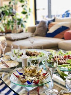 テーブルの上に食べ物のプレートの写真・画像素材[1025558]