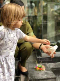 子供を持っている人の写真・画像素材[1030091]