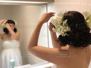 ウィンドウの前に立っている女性の写真・画像素材[1030095]