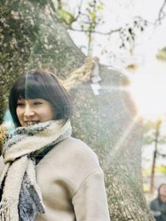 少女と背景の木の写真・画像素材[1073699]