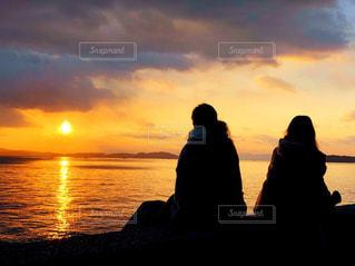 日没の前に立っている人のカップルの写真・画像素材[1073701]