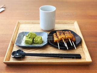 木製テーブルの上のコーヒー カップの写真・画像素材[1073708]