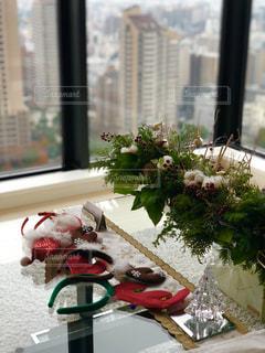 ウィンドウの横にあるテーブルの上の花の花瓶の写真・画像素材[1506017]