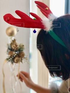 女はカメラにポーズを鏡の前で髪をとかしての写真・画像素材[1506018]