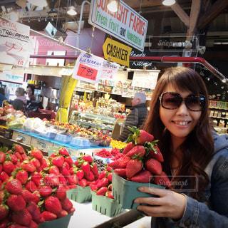 果物の屋台の前に立っている女性の写真・画像素材[1506022]