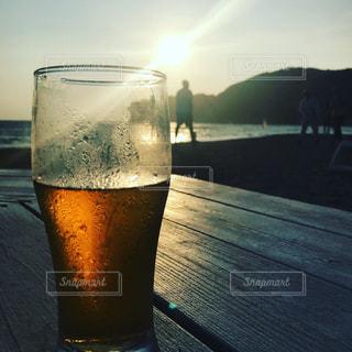 海の家で飲む夕暮れのビールの写真・画像素材[1354717]