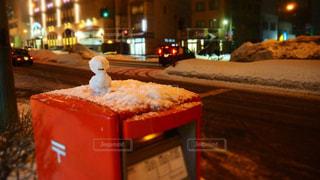 ポストの上の雪だるまの写真・画像素材[1231831]