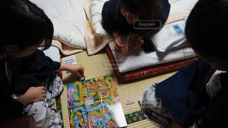 温泉旅行で人生ゲームをする女子3人の写真・画像素材[1233457]