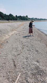 砂浜の上に立っている人 - No.879434