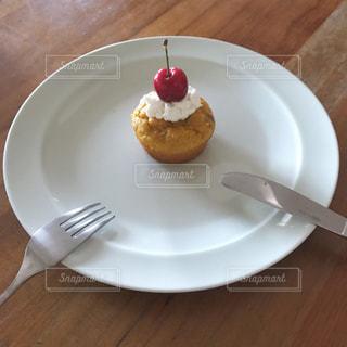 テーブルの上に食べ物のプレートの写真・画像素材[1234605]