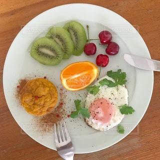 テーブルの上に食べ物の種類トッピング白プレートの写真・画像素材[1234608]