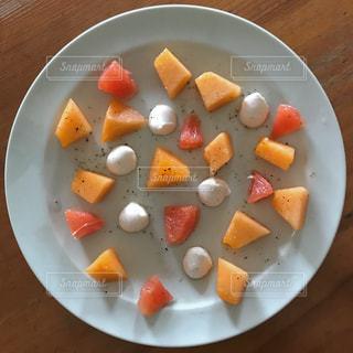 板の上に食べ物のボウルの写真・画像素材[1234611]