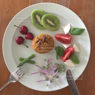 テーブルの上に食べ物のプレートの写真・画像素材[1234616]