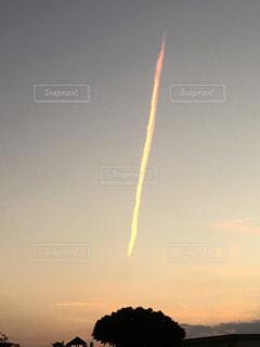 夕日の飛行機雲の写真・画像素材[744192]