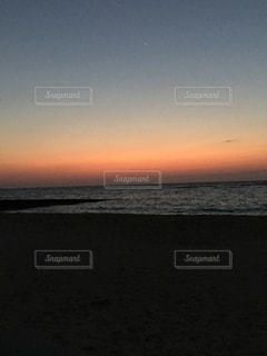 ビーチに沈む夕日の写真・画像素材[1200373]
