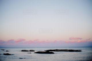 水の体の上の夕日の写真・画像素材[2430312]