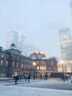 雪の東京駅の写真・画像素材[973909]
