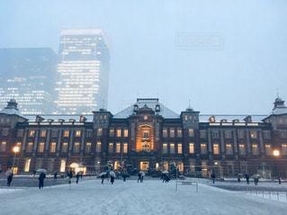 雪の東京駅の写真・画像素材[973921]
