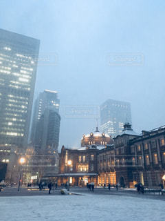 雪の東京駅の写真・画像素材[973929]