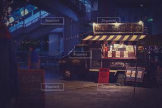 夜の店の前の写真・画像素材[1685677]