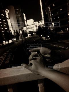歩道橋で手を繋ぐカップルの写真・画像素材[755914]