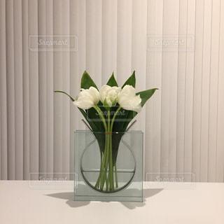 テーブルの上に座っての花で一杯の花瓶の写真・画像素材[758203]