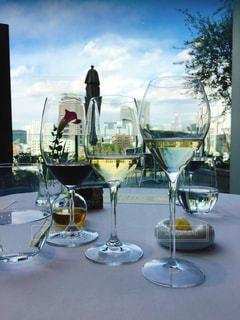 テーブル ワインのグラスの写真・画像素材[1103237]