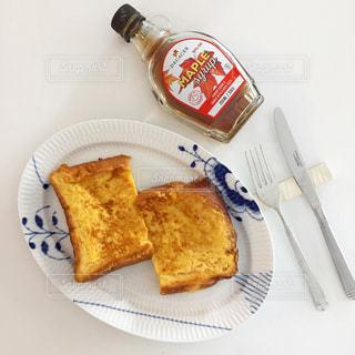 テーブルの上に食べ物のプレートの写真・画像素材[1137199]
