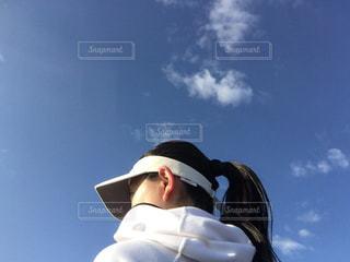 空を飛んでいる人の写真・画像素材[1753569]
