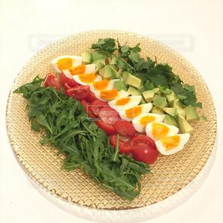 テーブルの上に食べ物のプレートの写真・画像素材[1790100]