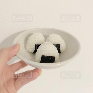 白い皿を持つ手の写真・画像素材[2739953]