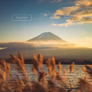 夕暮れ時の富士山の写真・画像素材[3086286]