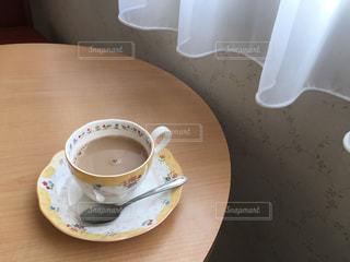 テーブルの上のコーヒー カップの写真・画像素材[855254]