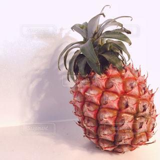 白い表面にパイナップルの写真・画像素材[1287424]