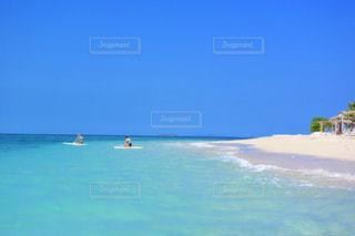 海の横にある水の体の写真・画像素材[970013]