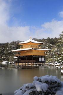 雪の金閣寺の写真・画像素材[871883]