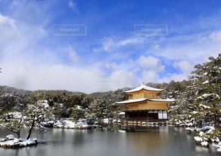 雪の金閣寺の写真・画像素材[871884]