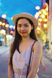 帽子をかぶっている女性の写真・画像素材[1460555]