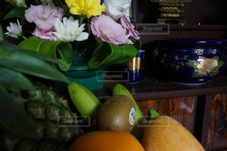 テーブルの上の花の花瓶 - No.716380
