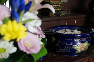 テーブルの上の花の花瓶の写真・画像素材[716384]