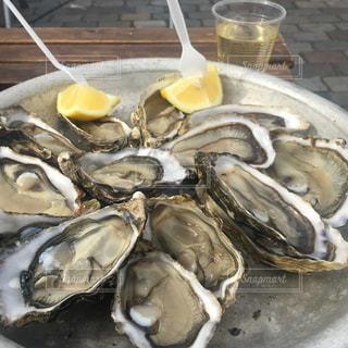 生牡蠣と白ワインの写真・画像素材[1057807]