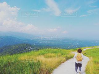女性,1人,風景,空,草原,晴れ,後ろ姿,散歩,女子,高原,快晴,ハイキング,大室山,1人旅,大室高原
