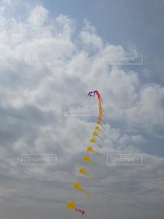 空に凧の写真・画像素材[1821711]