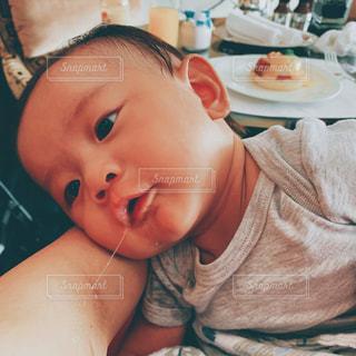 赤ん坊を抱っこの写真・画像素材[2408609]