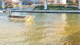 水の体の小さなボートの写真・画像素材[913272]