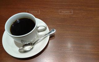テーブルの上のコーヒーカップの写真・画像素材[913278]