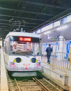 電車の駅で座っている人 - No.1134958