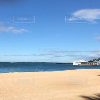 水の体の横にある砂浜のビーチの写真・画像素材[784226]