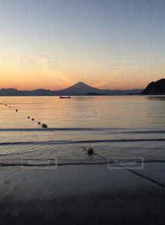 水の体に沈む夕日の写真・画像素材[971661]